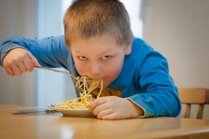 Kinder essen gern Spaghetti